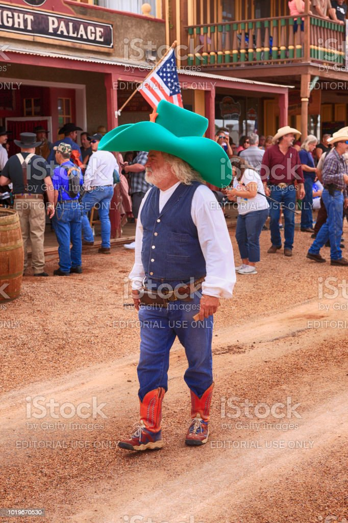Cowboy Red And With At A Giant Boots Stetson Green Bright The Clown U4rTS4