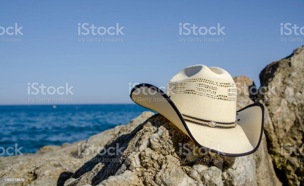 Sombrero de vaquero y playa - foto de stock