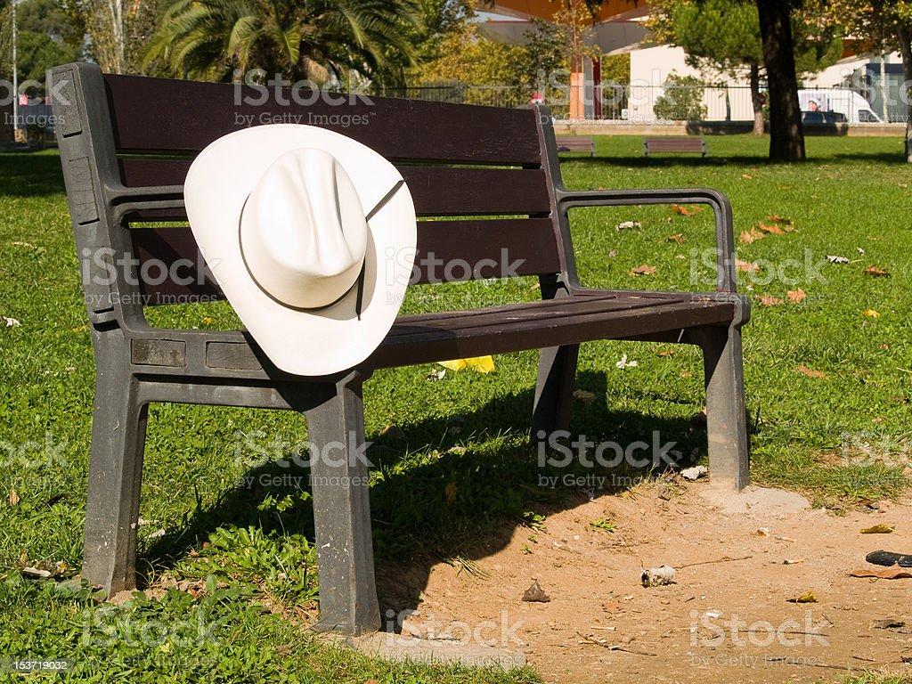 Sombrero de vaquero y de banco - foto de stock