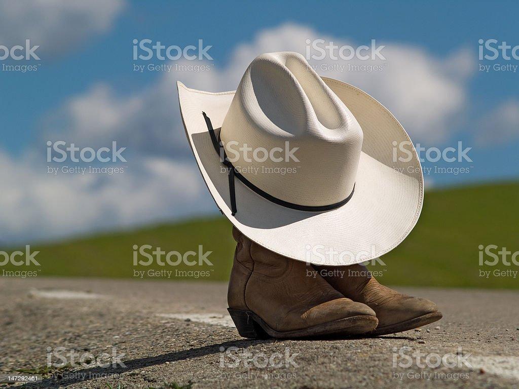 Sombrero de vaquero y fundas, en medio de un viaje - foto de stock