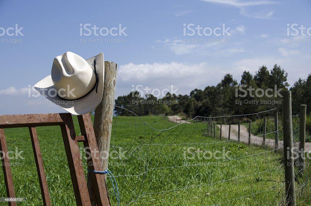 Sombrero de vaquero y país valla - foto de stock