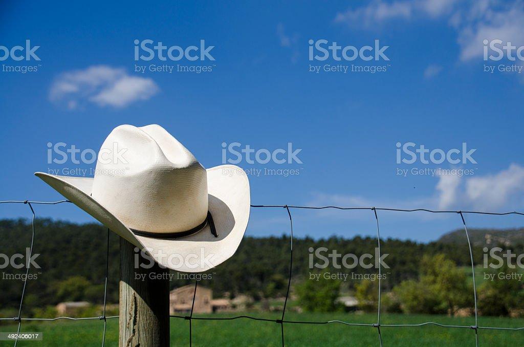 Sombrero de vaquero y valla - foto de stock