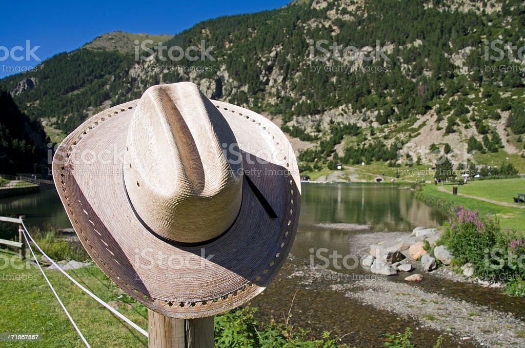 Sombrero de vaquero y al lago - foto de stock