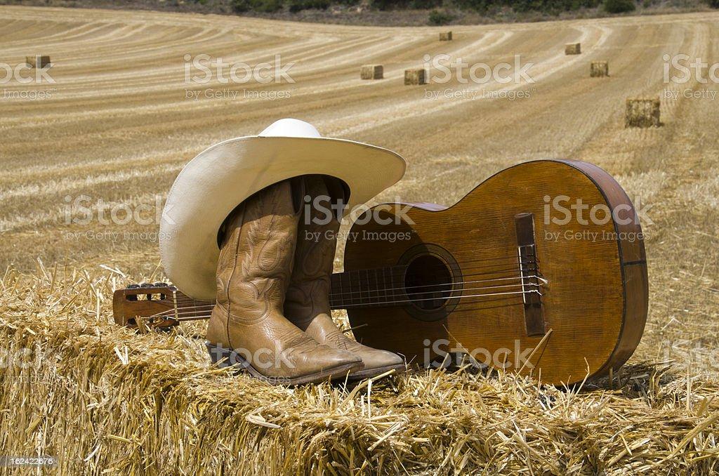 Sombrero de vaquero, fundas y guitarra - foto de stock