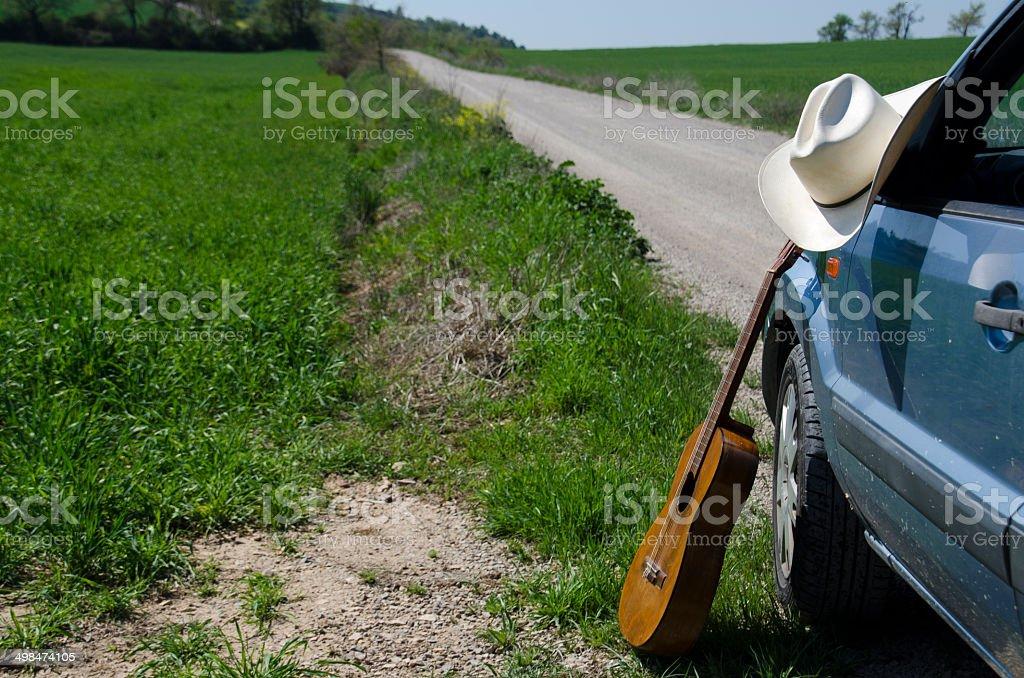 Sombrero de vaquero, guitarra y automóvil - foto de stock
