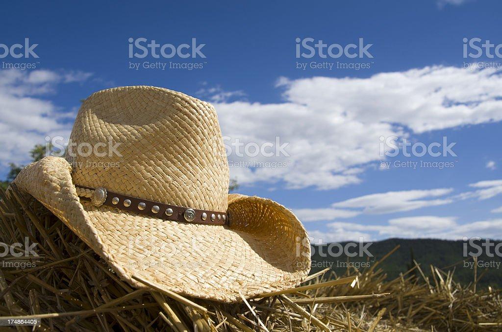 Sombrero de vaquero, hay y cielo - foto de stock