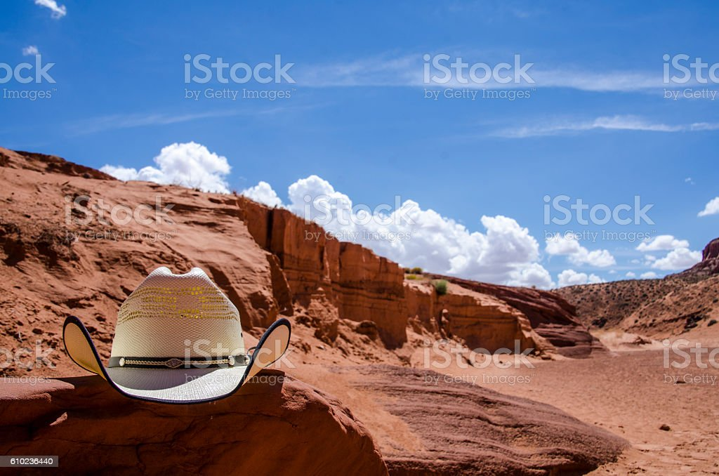 Cowboy hat in a desert - foto de stock