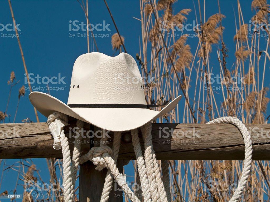 Sombrero de vaquero en una valla - foto de stock