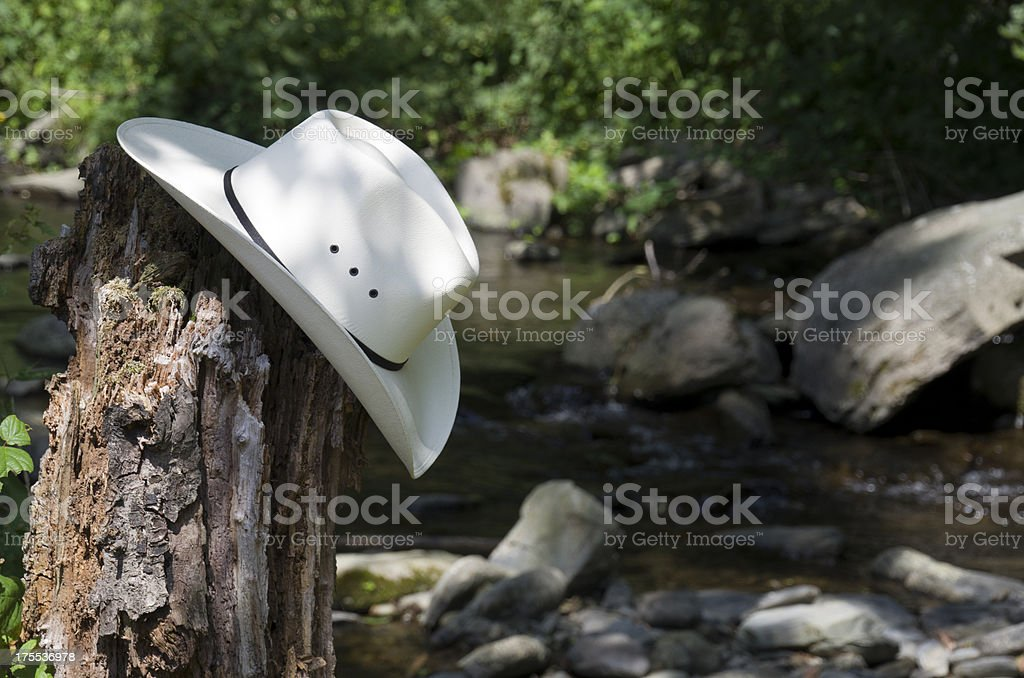 Sombrero de vaquero en un río - foto de stock