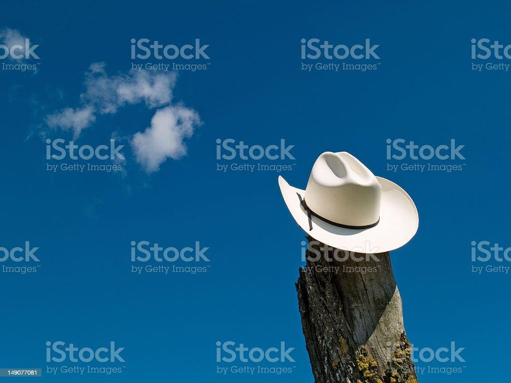 Sombrero de vaquero en el cielo - foto de stock