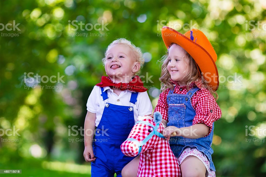 Cowboy niños jugando con juguetes de caballos - foto de stock