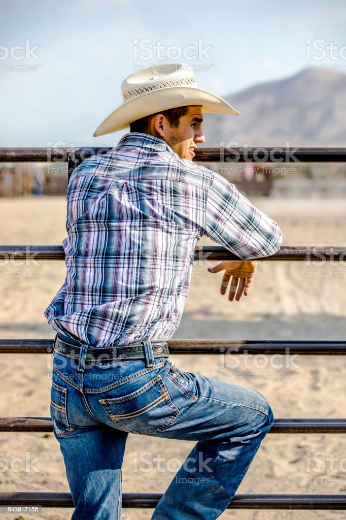Cowboy an einen Zaun gelehnt – Foto