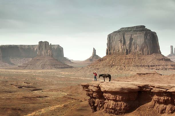 cowboy auf den klippen des monument valley im amerikanischen südwestens - navajo stil stock-fotos und bilder