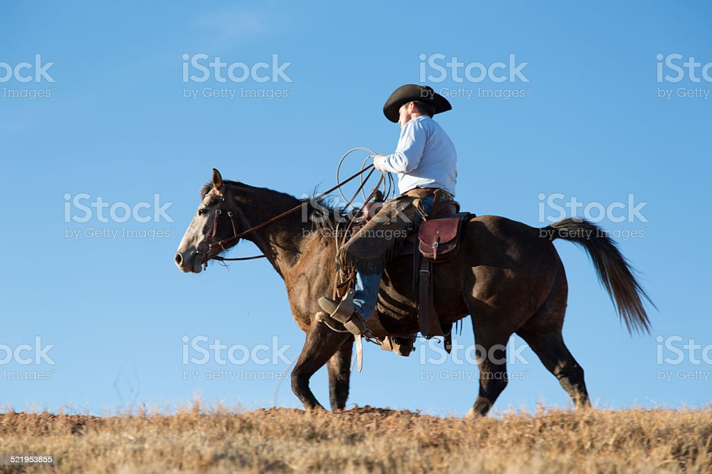 Cowboys riding por ridge - foto de stock