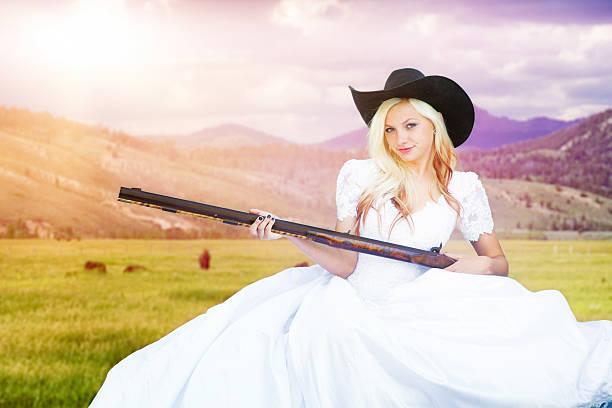 cowboy western schrotflinte essen mit braut in montsna viehweide - shotgun wedding stock-fotos und bilder
