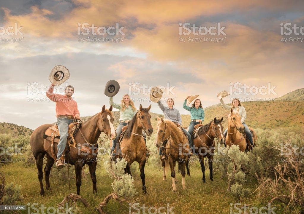 Kuhfamilie, Vater, Töchter auf Utah Berge, Pferde und Felder – Foto