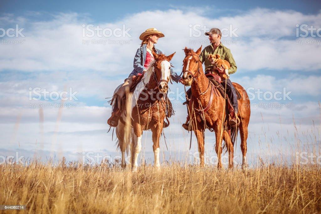 Fotografia De Vaquera Y Vaquero En El Amor A Caballo Y Mas Banco De