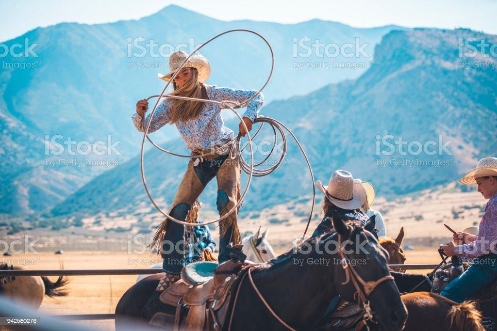 Cowgirl mit dem Lasso in Rodeo arena – Foto