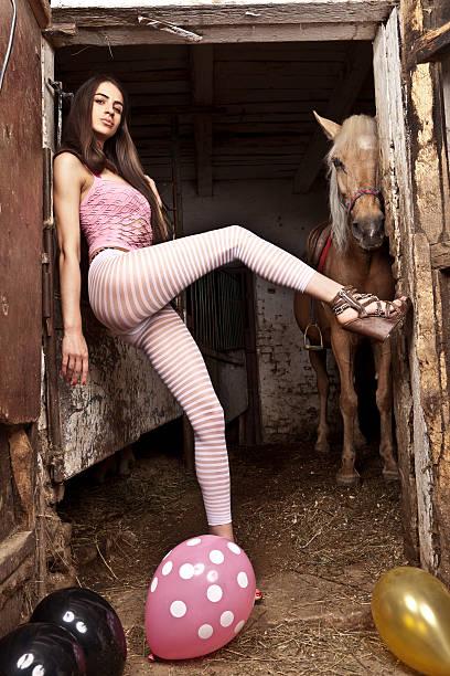 cowgirl - große waffen stock-fotos und bilder