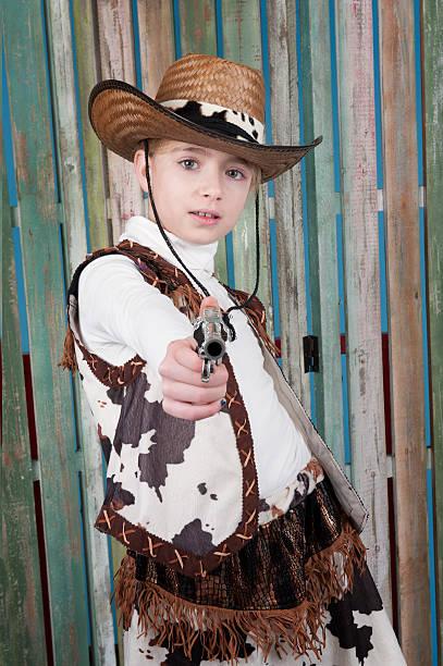 cowgirl mit waffe - camouflagekleidung mädchen stock-fotos und bilder