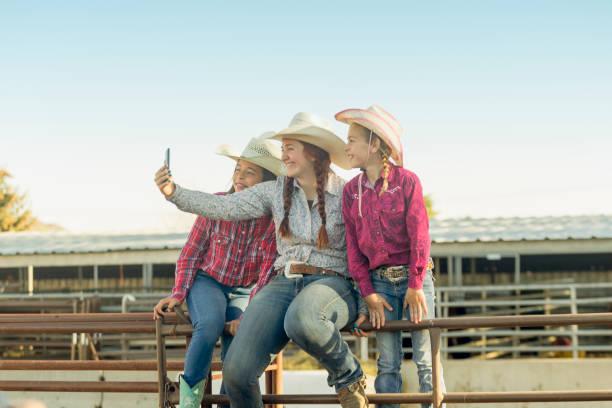 Cowgirls mit Hut nehmen Selfie auf der Ranch in Salt Lake City SLC Utah USA – Foto