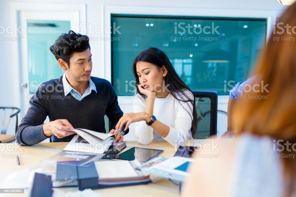 Mitarbeiter diskutieren Stoffmuster Lizenzfreies stock-foto