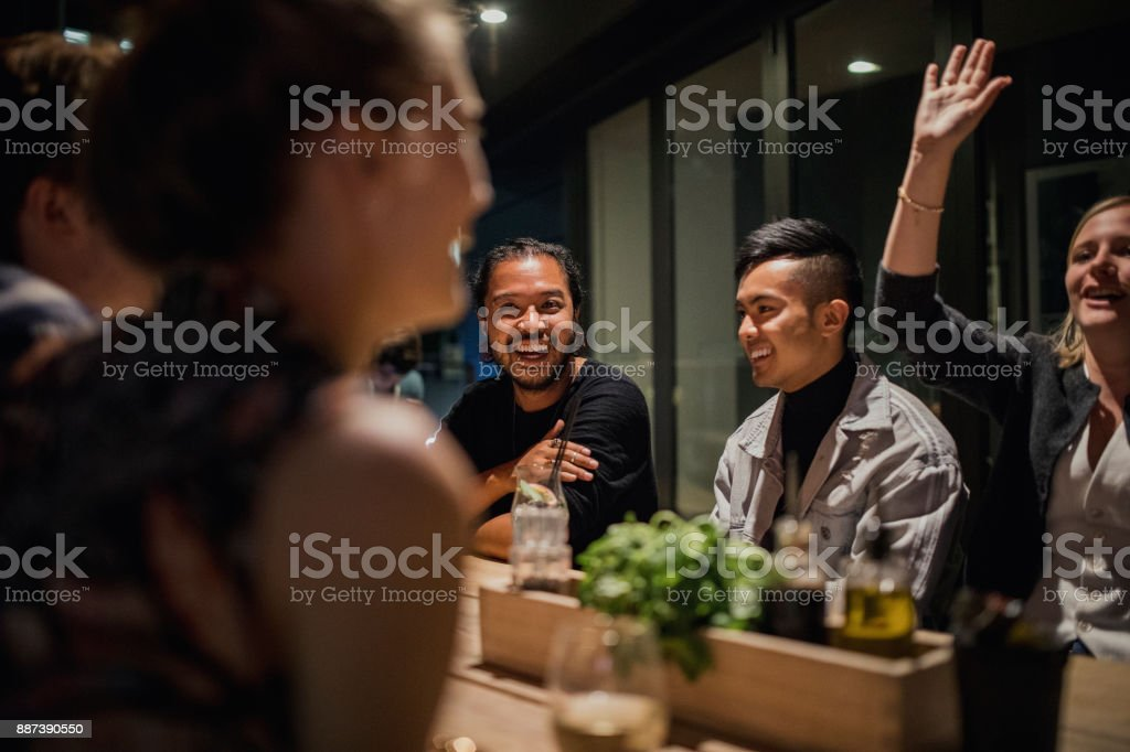 Mitarbeiter nach Feierabend trinken – Foto