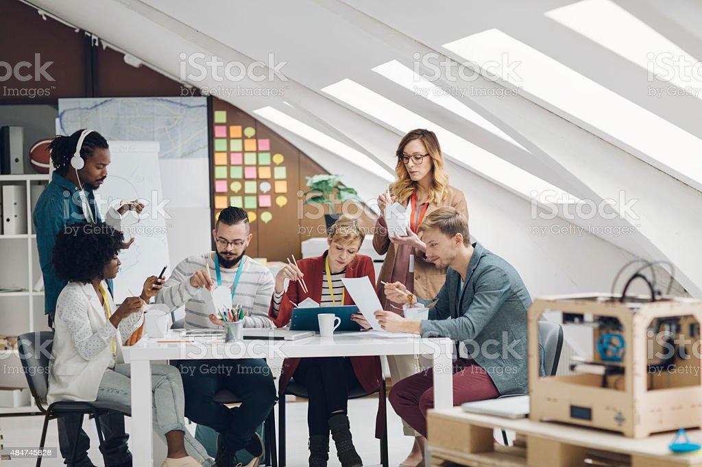Kollegen Essen Fast Food Im Buro Ihrer Inbetriebnahme Stockfoto