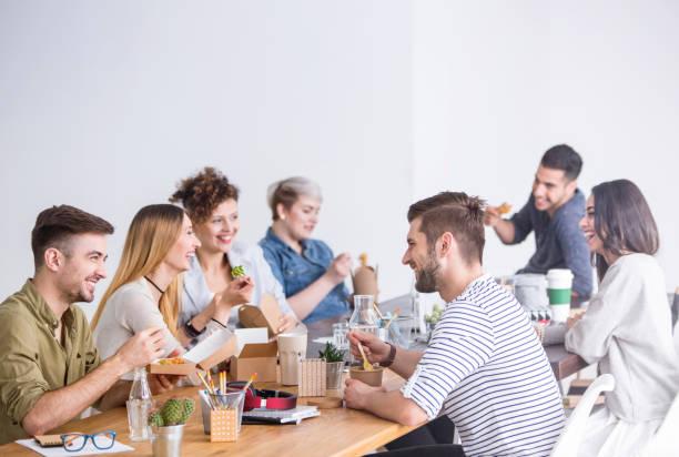 함께 점심을 먹고 동료 - 점심 뉴스 사진 이미지