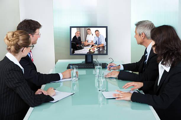 geschäftsleute bei einer online-präsentation - nachrichten video stock-fotos und bilder