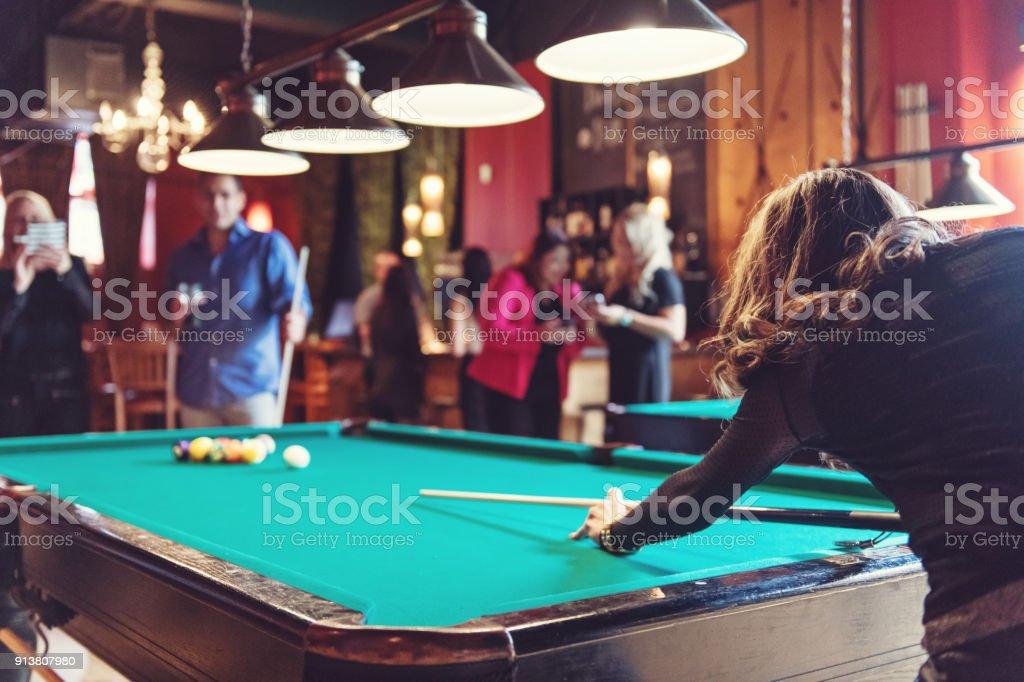 Mitarbeiter in einer Bar hängen – Foto