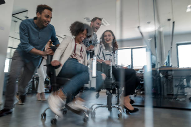 Mitarbeiter haben Spaß im Büro – Foto