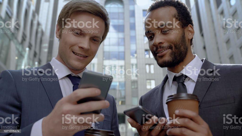 Mitarbeiter mit Rest auf Kaffeepause mit mobile app, Informationen zu suchen – Foto