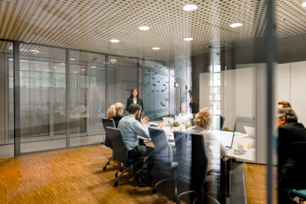 Mitarbeiter in Meetings im Konferenzraum – Foto