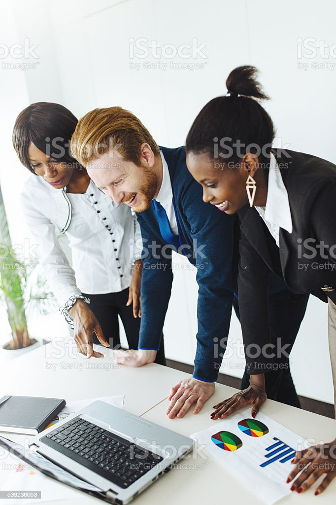 Colegas de trabalho no escritório foto royalty-free