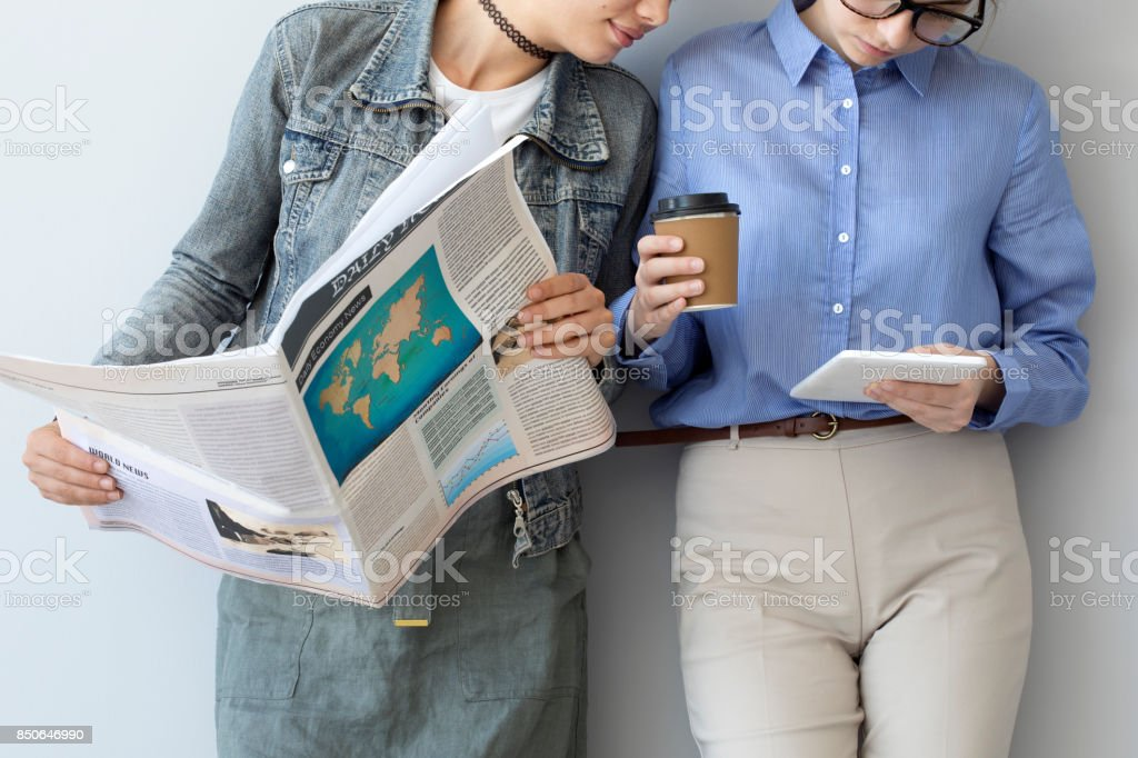 Mitarbeiter sehen zusammen mit einem tablet – Foto