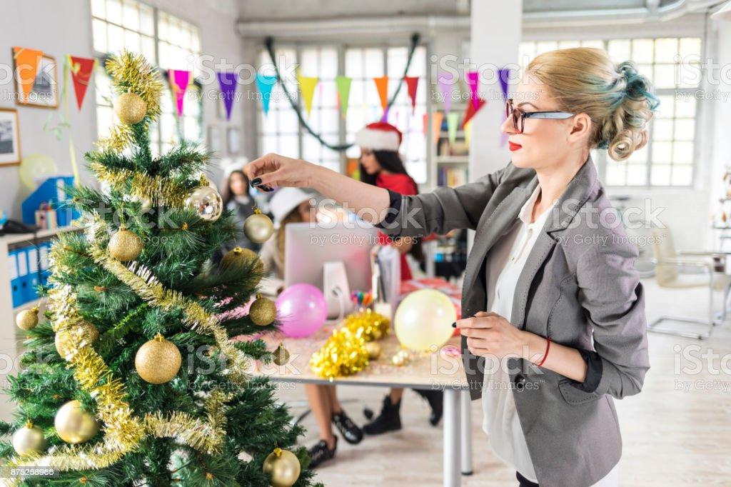 Collègues, faire la décoration de Noël au lieu de travail - Photo
