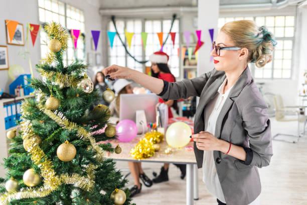 mitarbeiter weihnachten dekoration am arbeitsplatz - frohes neues jahr stock-fotos und bilder