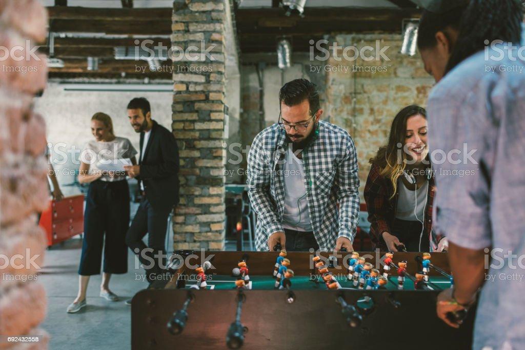 Kollegen spielen Tischfußball – Foto