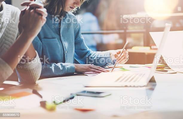 Kollegen Arbeiten Moderne Studio Sales Manager Team Arbeiten Neue Projekt Stockfoto und mehr Bilder von Analysieren