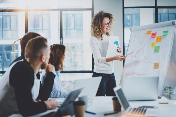 Mitarbeiter arbeiten gemeinsam an neuen Business-Präsentation am sonnigen Tagungsraum. Horizontal.Blurred Hintergrund. – Foto