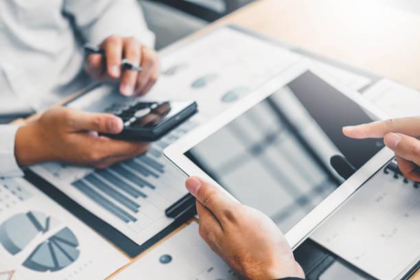 協同業務團隊諮詢會議規劃與數位平板電腦戰略分析投資和儲蓄理念。會議討論新的計畫財務圖資料。 - 金融與經濟 個照片及圖片檔