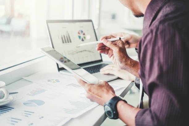 co-working business team consulting meeting planning mit digitalem tablet-strategieanalyse-und sparkonzept. treffen über neue finanzgrafik-daten. - geschäftsstrategie stock-fotos und bilder