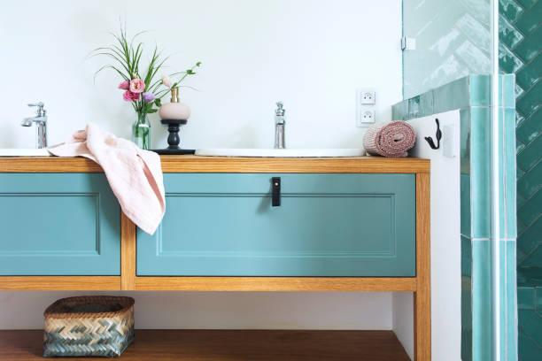 gemütliche und stilvolle badezimmer in warmen farben und natürlichen holzregal. - sonnendusche stock-fotos und bilder