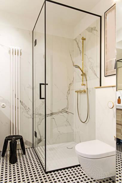 gemütliche und stilvolle badezimmer mit weißen wänden und design-accessoires. - sonnendusche stock-fotos und bilder