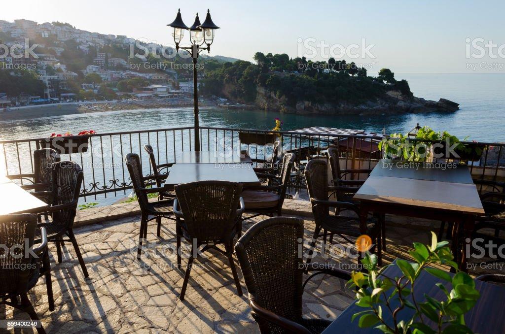 Acogedor bar restaurante en la ciudad vieja de Ulcinj, Montenegro - foto de stock
