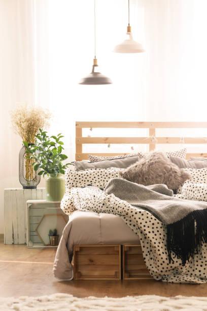 gemütliche schlafzimmer innenansicht - do it yourself hochbett stock-fotos und bilder