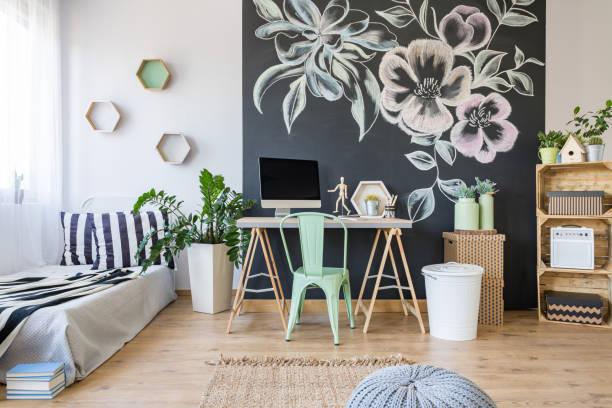 cozy bedroom with decoration - tafel schlafzimmer stock-fotos und bilder