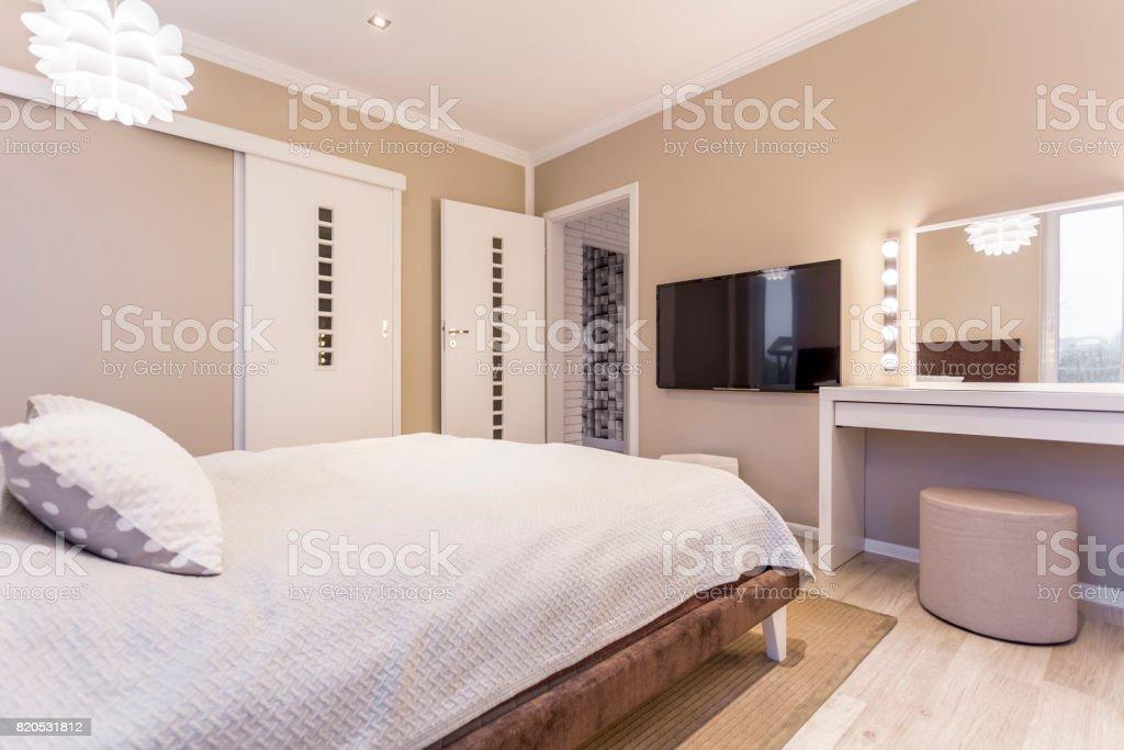 Gemütliches Schlafzimmer Der Beigeweiß Stockfoto und mehr ...