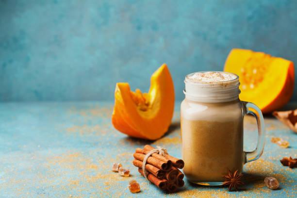 Gemütliches Frühstück oder Snack aus Kürbis gewürzt, Latte oder Kaffee im Glas auf Türkis Vintage Tisch. Herbst oder Winter Heißgetränk. – Foto